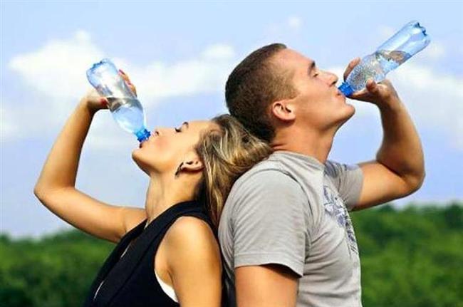Su  En iyi doğal antidepresanlardan biridir. Yeteri kadar su tüketilmemesi dehidratasyon sonucu fiziksel ve zihinsel yorgunluğa neden olur. Kendinizi daha az depresif hissetmenize yardımcı olmak için günde en az 10-12 bardak su tüketin.