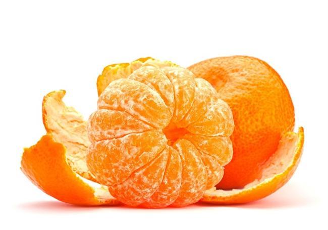 Mandalina  -C vitamini açısından zengindir, kabuğu da yüksek oranda potasyum içerir.  -Ayrıca A ve B grubu vitaminleri ile kalsiyum, potasyum, magnezyum, sodyum, demir, brom ve fosfor minerallerini içerir.  -Bağışıklık sistemini güçlendirir, antioksidan özellik gösterir.  -100 gramı yaklaşık 1 günlük C vitamini ihtiyacının %70 ini karşılar.