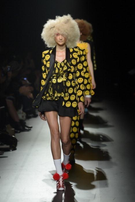 Siyah - sarı gülen suratlı ceket ve elbise.