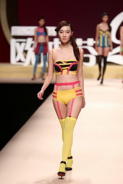 Sarı ve pembe şeritlerden oluşan bikini.