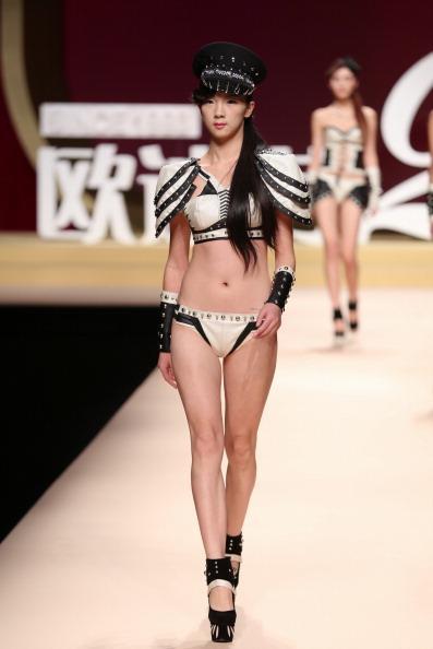 Siyah - beyaz bikini.