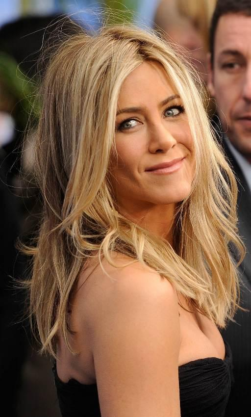 Bohem Hava  Rahat olurken stilinizden taviz vermeyecek bir saç modeli istiyorsanız, Jennifer Aniston`dan ilham alabilirsiniz.