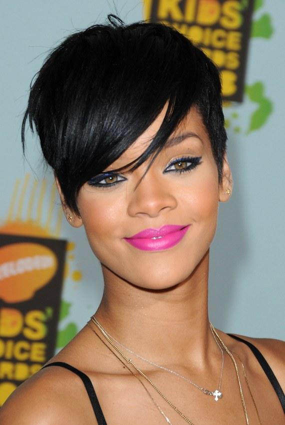 Karışık ve Kısa  Saçlarıyla oynamayı çok seven Rihanna, kısacık kesilmiş karışık saçlarıyla da ilham verenlerden oldu. Uzun saçlarla kıyaslandığında daha kolay kullanım rahatlığı sağlayan saçlarla başedebilmek içinse spreye ihtiyacınız olacak.