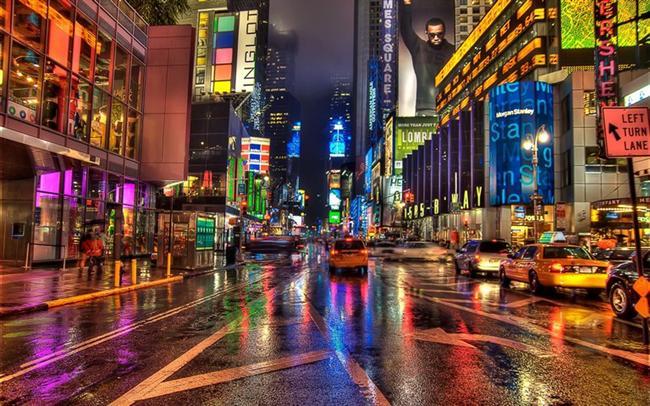 -TİMES SQUARE, NEW YORK:   New York şehrinde West 42. Cadde'nin Broadway ve Seventh Avenue ile kesiştiği kavşak ve etrafındaki alan. 1904 yılının yılbaşı akşamı, Times Meydanı'na ismini veren New York Times'ın meydandaki yeni binalarına taşınmasının havai fişeklerle kutlanmasıyla yeni bir gelenek başladı ve her yıl yılbaşı bu meydanda havai fişeklerle kutlanmaya başlandı. Bu gelenek hâlâ devam etmektedir. Her yıl meydanda oluşan binlerce kişilik kalabalık yeni yılı gösteren meşhur ışıklı topun inişini seyreder. Times Meydanı yoğun trafiğiyle ünlü olduğu gibi taksileriyle de ünlü bir meydandır.