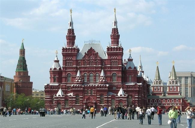 """- KRASNAYA PLOŞÇAD, RUSYA-MOSKOVA:  Bir diğer adı; Kızıl Meydan olan Krasnaya Ploşçad, Moskova bulunan meydan dünyaca ünlüdür. Hem Rusya, hem de eski SSCB'nin toplumsal ve siyasi tarihinde önemli bir yeri vardır. Meydana çeşitli adlar verilmiştir; bugünkü adı ise 17. yüzyılın ikinci yarısından beri sürekli olarak kullanılmaktadır. Ancak, Rusça'da """"kızıl""""ın karşılığı olan krasnaya sözcüğü (eskiden) """"güzel"""" anlamına da gelirdi."""