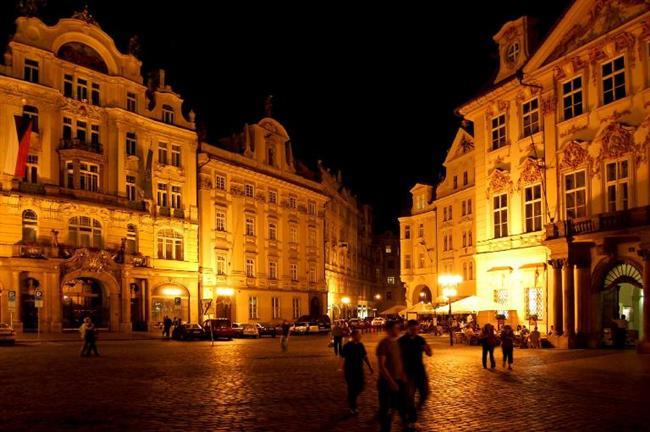-STAROMESTSKE NAMESTİ, PRAG-ÇEK CUMHURİYETİ:  Eski şehir Meydanı olarak da bilinen Staromestske Namesti; heykeller şehri Prag'ın en eski ve en önemli meydanı. Meşhur Charles Köprüsü ve Wenceslas Meydanı arasında bulunan meydan, 10'uncu yüzyıla tarihleniyor.