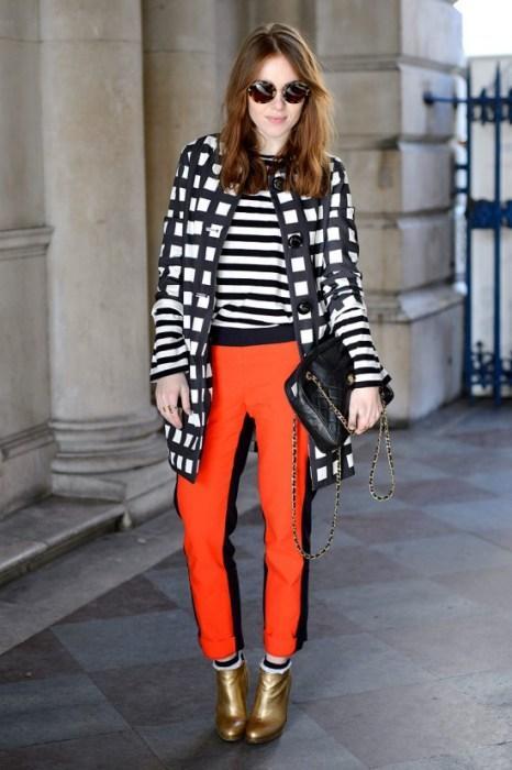 Zebra desenli bluzle uyum sağlamış turuncu pantolon