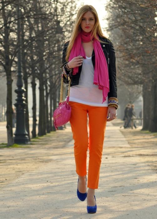 Saks mavisi ayakkabıyla uyum sağlamış turuncu pantolon