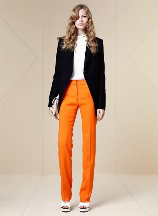 Siyah ceketle uyum sağlamış turuncu pantolon