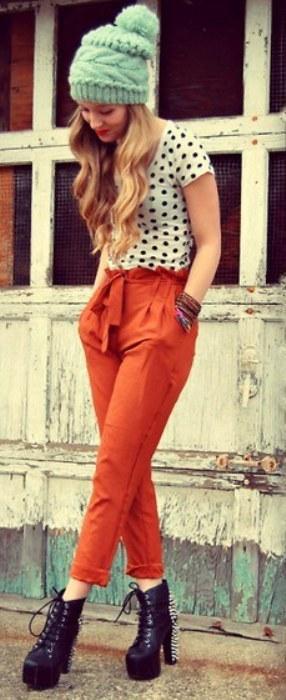 Puantiyeli tişörtle uyum sağlamış turuncu pantolon