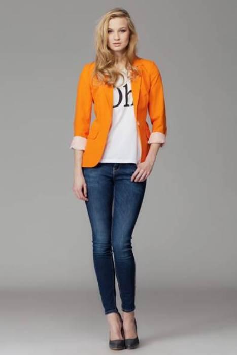 Jeanle uyum sağlamış turuncu blazer ceket