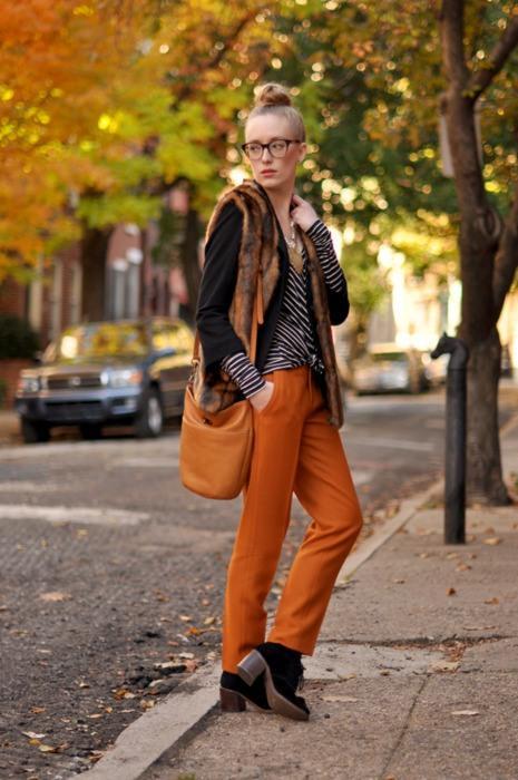 Kürk yelekle uyum sağlamış turuncu pantolon