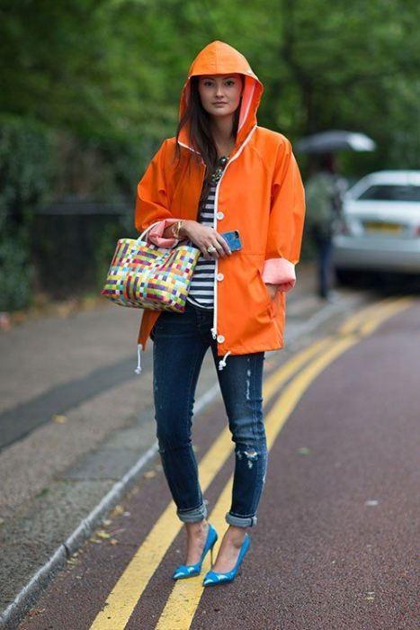 Jeanle uyum sağlamış turuncu yağmurluk