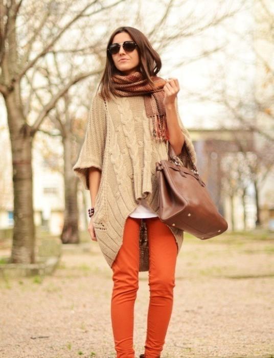 Kahverengi pançoyla uyum sağlamış turuncu pantolon