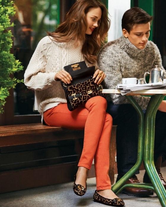 Krem kazakla uyum sağlamış turuncu pantolon