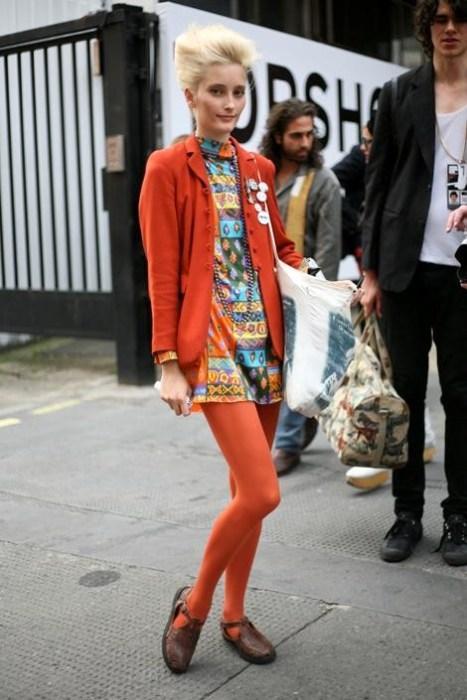 Kahverengi ayakkabıyla uyum sağlamış turuncu ceket