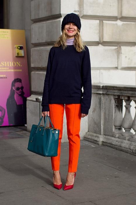 Kırmızı ayakkabıyla uyum sağlamış turuncu pantolon