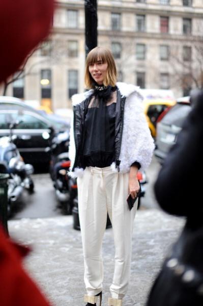 Beyaz pantolon ve siyah bluz