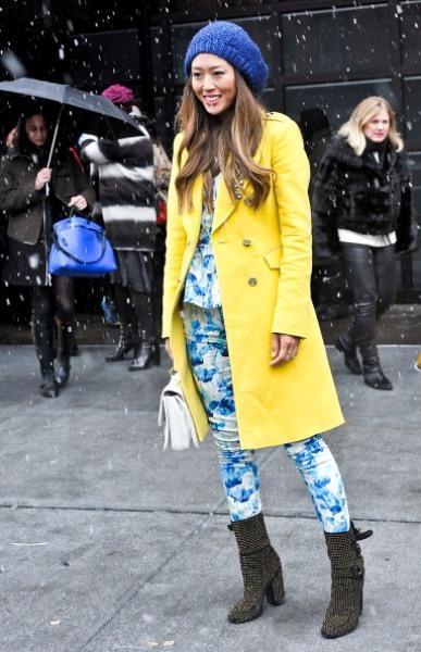 Sarı kaban ve mavi pantolon