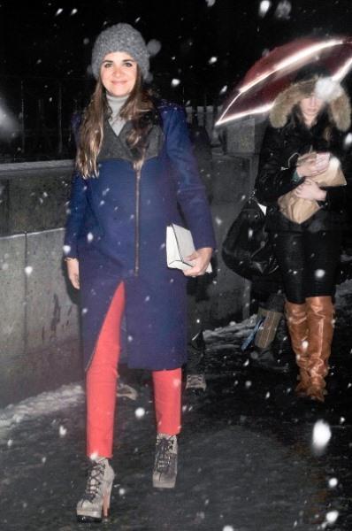 Lacivert kaban ve kırmızı pantolon