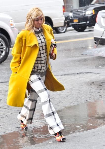 Çizgili beyaz pantolon ve sarı kaban