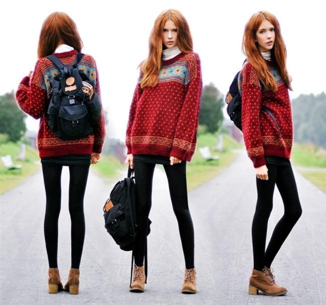 Kırmızı kazak ve siyah sırt çantası