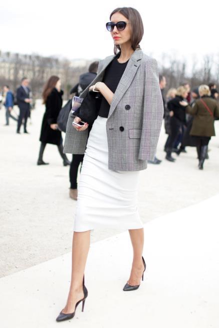 Gri ceket ve beyaz etek