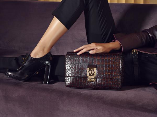 Kahverengi krokodil desenli portföy çanta.