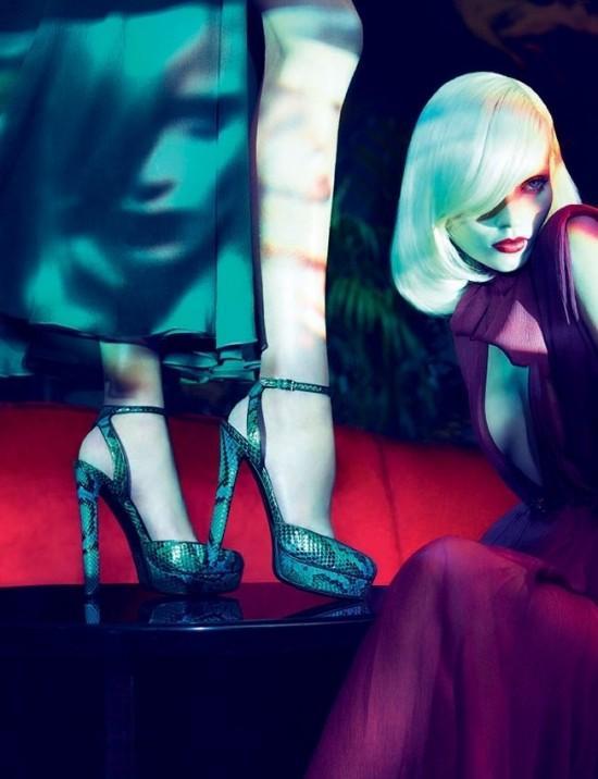 Mavi krokodil desenli bilekten bağlama topuklu ayakkabı.