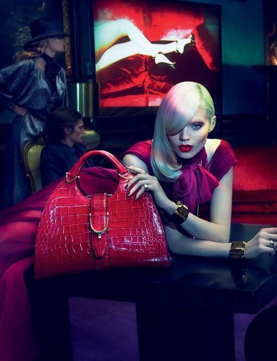 Kırmızı krokodil desenli çanta.