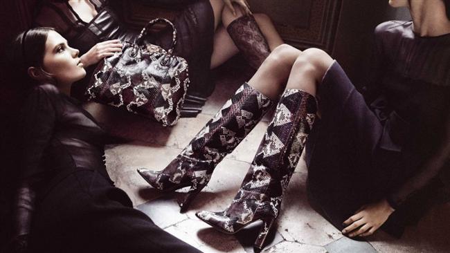 Dikkat çekici renkli krokodil çizme ve çantanızı, düz siyah elbiselerinizle rahatlıkla kullanabilirsiniz.