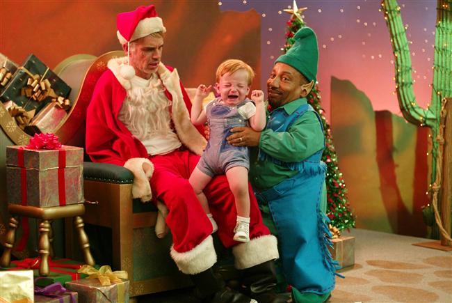 Bad Santa (Yeni Yıl Soygunu)  Willie ve Marcus, yılbaşı tatilinde Noel Baba kılığına girerek bir alışveriş merkezinde soygun yapmayı planlar. Sempatik görünümleriyle insanları kolayca etkileyebilen ikilinin tüm planları, karşılarına çıkan 8 yaşındaki bir çocuk yüzünden altüst olur.