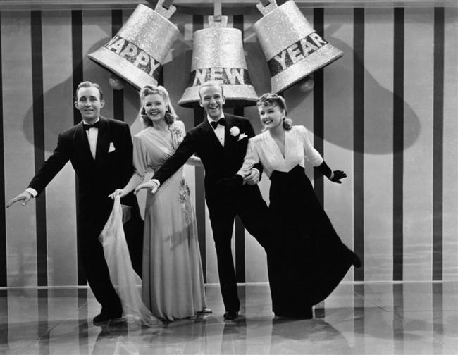 """Holiday Inn (1946)  Önemli günlerde ve gecelerde performans veren bir grubun hikayesine odaklanan """"Holiday Inn"""", şöhret dünyasında olup bitenlerle ilgileniyor. Fred Astaire ve Bing Crosby gibi 30'larda parlayan, biri 'dans koreografisi', diğeri 'müzikal damarlı komedi kimliği' ile dikkat çeken iki ismin kapışması ise görülmeye değer.."""