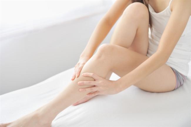 """8)BİLEKLERİNİ PARLAT!   Pürüzsüz ve güzel bacaklar hiç kuşkusuz seksi bir görünüm sağlar ve her kadının hayalinde kusursuz bacaklar yer alır. New York Üniversitesi Tıp Merkezi Dermatoloji Uzmanı Doris Day, """"Diz altında bulunan kesikler, yara izleri ve sıyrıkların iyileşmesi uzun zaman alır ve mikroplar için kolay giriş yolu oldukları için enfeksiyon kapmaya eğilimli olabilir"""" diyor. Sürdüğünüz nemlendirici kremden gelen bakteriler bacaktaki küçük çiziklerden vücudunuza girer. Bu çizikleri engellemek için nemlendirici şeritleri olan bir jilet kullanmayı tercih etmelisiniz. Biz Gilette Women'ı öneriyoruz. Pedikür yaptırmadan iki ya da üç gün önce bacaklarınızı tıraş etmemeye özen göstermelisiniz çünkü güzellik salonlarında kullanılan ayak havuzları, bakterilerin yaşadığı bir yuva olabiliyor."""