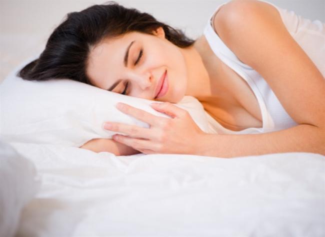 10)SABUN KRALİÇESİ OL!   Uyuduğunuz zaman losyonlar, saç jelleri ve yağlar, vücudunuzu terletir, çarsaflarınız kirlenir. Miami Üniversitesi Dermatoloji Kliniği Öğretim Üyesi Kenneth Beer, çarşafların haftada bir yıkanmasını öneriyor. En azından, gözenekleri tıkayan bakterilerden uzak durmak için yeni bir yastık kılıfı geçirebilirsiniz.
