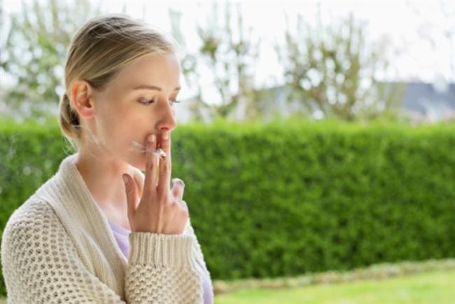 """15)SİGARAYI BIRAK!  İçtiğiniz sigara miktarı arttıkça cildinde oluşacak değişiklik üzerine işte yeni bir bilgi daha: 2007 yılında yapılan bir araştırmada sigara içmek vücudun güneş görmeyen yerlerini dahi ciddi şekilde yaşlandırıyor. Sigara içenlerin içmeyenlere oranla kolların iç kısımları gibi UV ışınlarına maruz kalmayan yerlerinde daha fazla belirgin kırışıklığa sahip olduğu kanıtlanmış. """"Görünen o ki sigara içmek yaşlanmayı hızlandırıyor"""" diyor bu konudaki araştırmalara öncülük eden Mischigan Üniversitesi Dermatoloji Uzmanı Doçent Rosi Helfrich."""