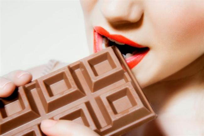 16)BİRAZ ÇİKOLATA YE!  Yapılan araştırmalara göre birkaç parça siyah çikolata (sütlü olanları çok fazla seker ve yağ içeriyor) tüketmek, içeriğindeki flavonoller, UV ışınlarını emen ve ciltteki kan akışını hızlandıran koruyucu bileşen yardımıyla cildi koruyor. Bir araştırmada, 12 hafta boyunca her gün flavonoid bakımından zenginleştirilmiş kakao tüketen kadınların ciltlerinin daha yumuşak ve güneşe karşı yüzde 25 oranında daha az hassas duruma geldiği gözlemlenmiş.