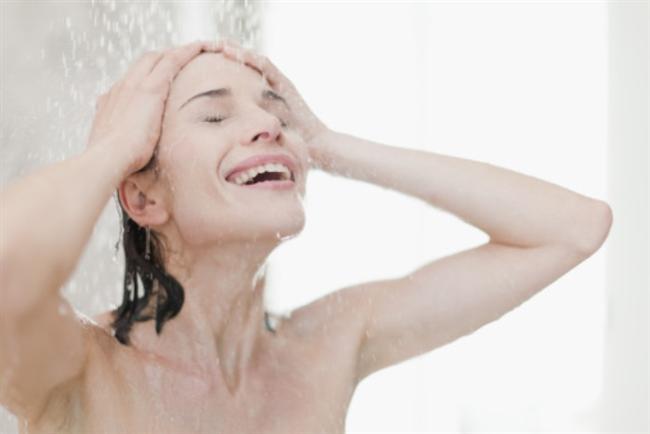 """20)DUŞ EN YAKIN ARKADAŞIN OLSUN!  """"Terlediğimiz zaman vücut daha fazla sebum (yağlı gözenek-tıkayıcı salgı) üretir"""", diyor Dermatoloji Uzmanı Audrey Kunin. Öğle vakti yapılan bir antrenmandan sonra sakın duştan kaçmaya çalışmayın. Bakteriler ter ve yağdan beslenmeye bayılır. Eğer duş almazsanız onlara eşsiz bir ziyafet sunmuş olursunuz. Terlemeye neden olan her etkinlikten sonra kendinizi soğuk su ve yağ temizleyici glikolik ya da salisilik asit içeren bir duş jeline teslim edin. Biz Fa'nın """"White Tea and Bamboo"""" duş jelini öneriyoruz."""