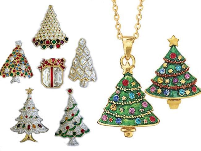 2- Şık bir altın takı  Bir kadına verilebilecek en iyi hediye şüphesiz altın takılardır. Beğeneceğinden emin olmak istiyorsanız şık bir takı ya da takı setini gözden çıkarmanızda fayda var. Çeşitli markaların yılbaşı için özel olarak tasarladığı kolye, bileklik, yüzük ve küpelerinden yararlanabilir, sevdiğinize değerli bir armağan vererek yeni yıla giriş yapabilirsiniz.