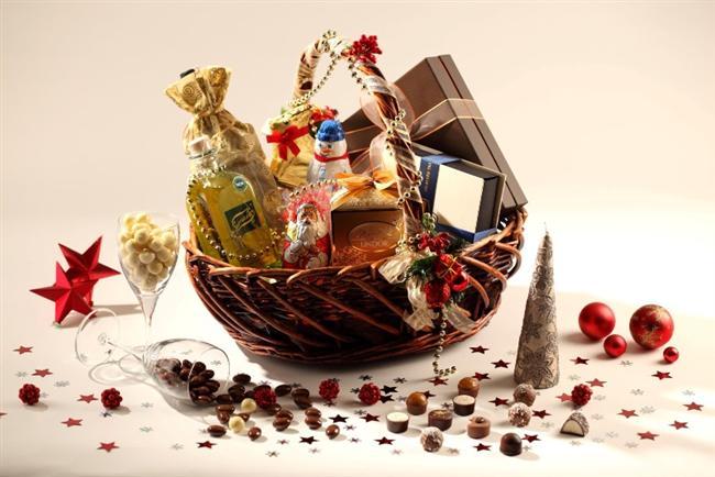 5- Kalabalık bir yılbaşı sepeti hazırlatabilirsiniz.  Özellikle yeni yılı evde karşılayacaklar için götürebileceğiniz en iyi hediye, içinde o gece için hazırlanmış her şeyi bulabileceğiniz şık bir yılbaşı sepeti olacaktır.