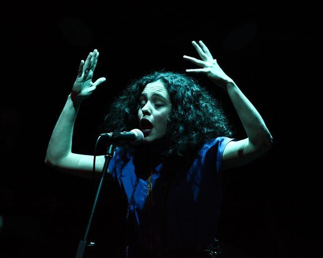 """Yasemin Mori İKSV Salon  Yasemin Mori, tüm söz ve bestelerin kendine ait olduğu ilk albümü """"Hayvanlar""""ı, 2008'de yayımlandı. Başarılı isim bu albümle hatırı sayılır bir dinleyici kitlesine ulaştı. Bugüne dek 60'a yakın konserde hayranlarıyla buluşan Mori, 2012 yılında çıkarttığı """"Deli Bando"""" albümüyle müziğini yeniden tanımladı.  13 Aralık 2013 22:30 Salon İKSV, İstanbul"""