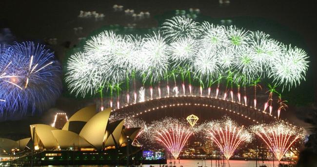Sydney  Yılbaşı haftasında ofisler kapanır, fabrikalar şalter indirir, çoğunluk tatile gider. Adım başı noel babaya rastlanır. Sydney'de yılbaşı, dünyanın en büyük havai fişek gösterisi demektir. Her yıl gösteriye farklı bir tema seçilir. Temanın sembolü Harbour Köprüsü'ne asılır.