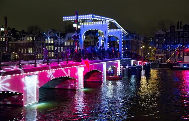Amsterdam  Şehrin en ünlü meydanı olan Dam'da yılbaşı kutlaması neredeyse 24 saat sürer. Havai fişek gösterileri ve konserlerle  Amsterdam'da yeni yıl çok eğlenceli geçer.