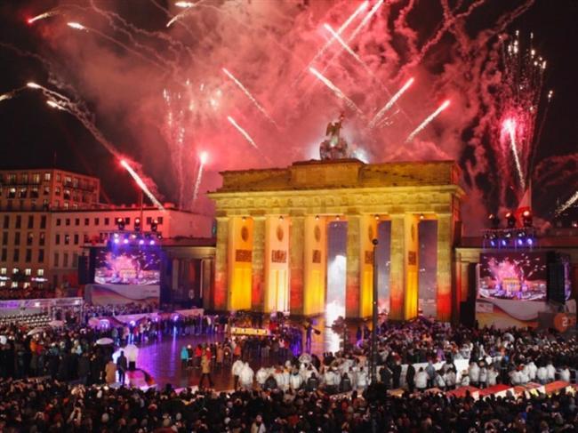 Berlin  Berlin her yeni yılda ışıl ışıldır. 31 Aralık gece yarısı yeni yıl cümbüşü Brandenburg Kapısı'nda doruğa çıkar. Kenarlarına yerleştirilmiş büfelerde dünya mutfağının yüzlerce ürünü sunulur. Berlin'de yeni yılda sadece havai fişek şenliği izlenilmez, aynı zamanda bir medeniyet şöleni yaşanır.