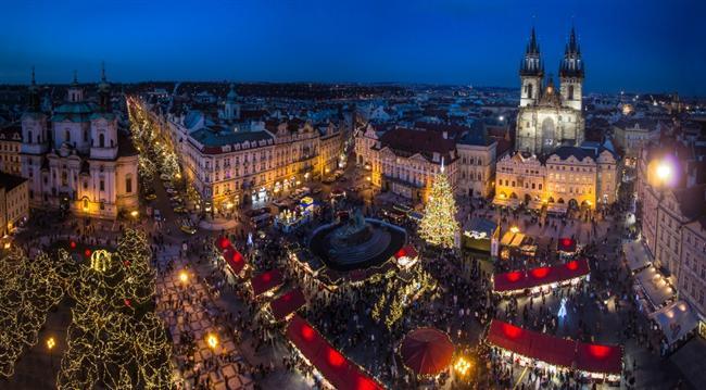 Prag  Yeni yıl için Prag sokakları süslenir. Aile ve arkadaşlar bir araya gelip, yemek yiyip  şarap içer. Charles köprüsü üzerinde havai fişekler patlar. İnsanlar eline içkisini alıp kalabalığa karışır.