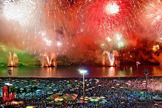 Rio  Brezilyalılar yeni yıl gecesi, günün ilk ışıklarına kadar içki içip dans eder. Lüks sahil otellerinde yeni yıl partileri düzenlenir. İnsanlar beyaz kıyafetler içinde ellerinde taşıdıkları mumları inandıkları deniz tanrıçası Lemanja'ya sunar.