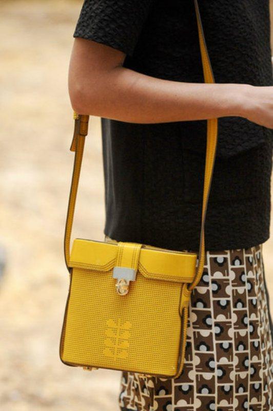Deri sarı renginde askılı çanta