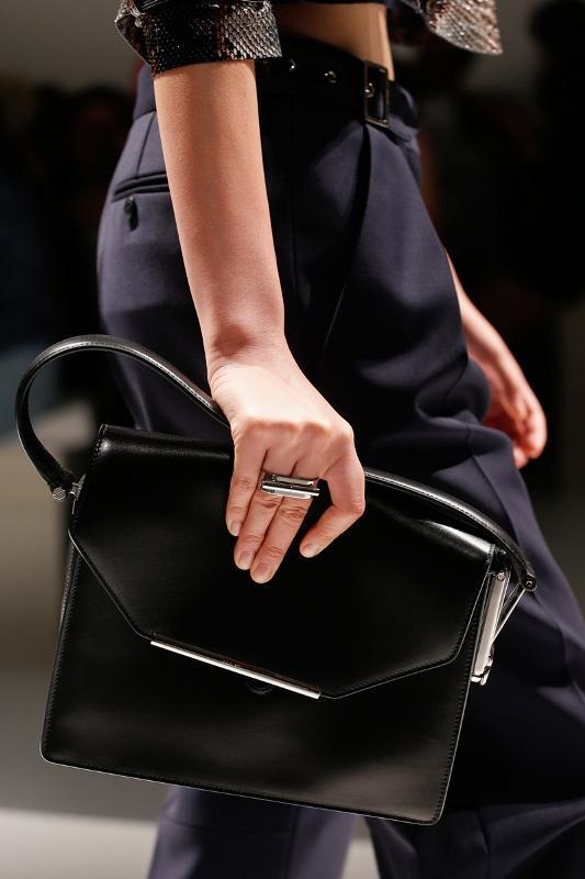 Siyah renkli askılı zarf çanta