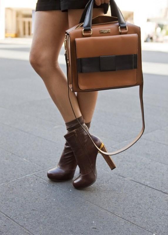 Kahverengi renginde askılı çanta