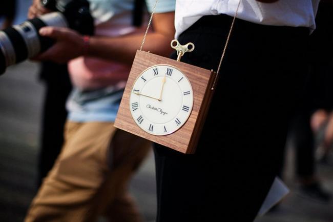 Saat detaylı tahta kaplama askılı çanta